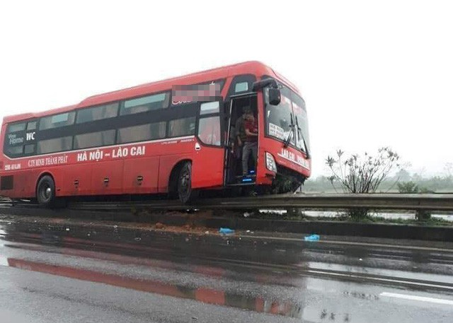Chiếc xe khách chồm lên dải phân cách trên cao tốc Nội Bài - Lào Cai sau khi tự mất lái (Ảnh: Bảo Khánh).