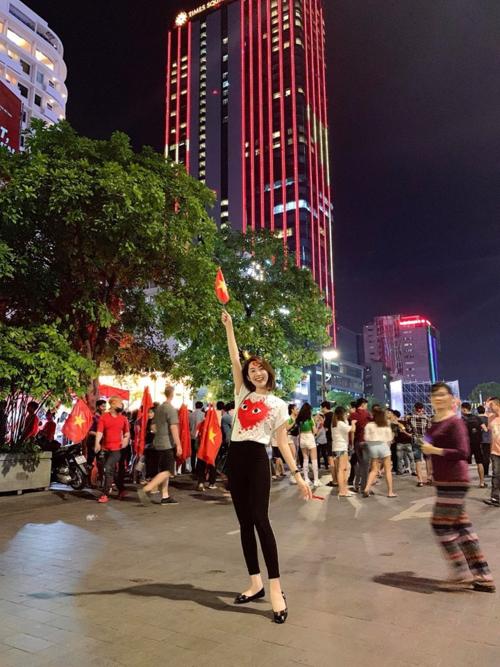 Diễn viên Thúy Ngân phim Gạo nếp gạo tẻ hạnh phúc mừng Việt Nam chiến thắng trên phố đi bộ Nguyễn Huệ.