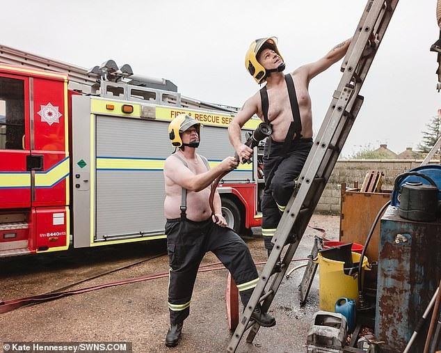 Hai người đàn ông trong lực lượng cứu hỏa tại địa phương.