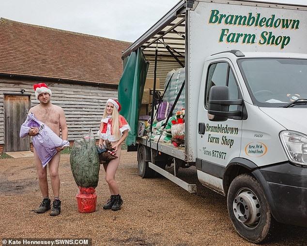 Hai nhân viên làm việc tại cửa hàng bán nông sản ở địa phương.