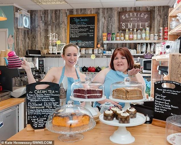 Hai người phụ nữ tại tiệm bán bánh.