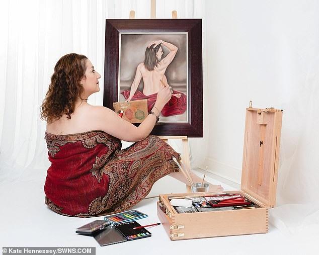 Một nữ họa sĩ trong làng.
