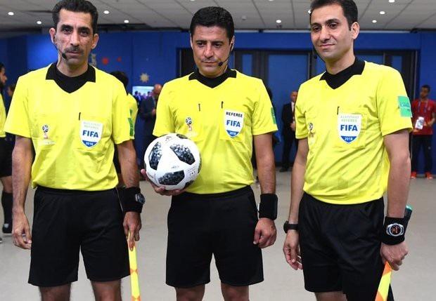 Trọng tài chính Alireza Faghani (giữa) và hai trợ lý