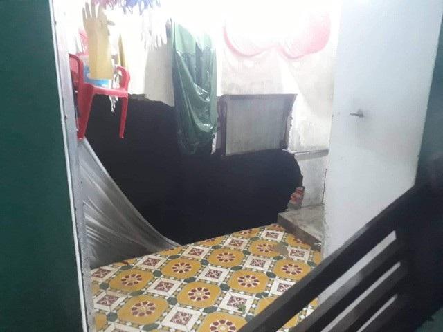 Trong mưa lớn, do tường nhà bị sập nên 2 người phụ nữ tại TP Đông Hà, tỉnh Quảng Trị đã bị nước lũ cuốn trôi. Hiện cơ quan chức năng mới tìm thấy 1 thi thể. (Ảnh: Đ. Đức)