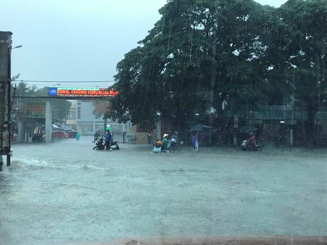 """Từ tối 7/12 đến hôm nay, cơn mưa lớn mà người dân gọi là mưa trái mùa đã gây ngập khắp thành phố Vinh, Nghệ An. Hầu khắp các ngả đường phố đều """"thất thủ"""" trong mênh mông nước ngập. (Ảnh: Nguyễn Duy)"""
