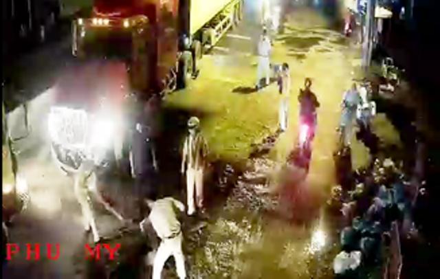 """Sau sự cố giao thông, chiếc xe đầu kéo làm đổ nhớt đầy đường khiến nhiều phương tiện té ngã.Lực lượng CSGT đã """"âm thầm"""" quét dọn để đảm bảo cho người dân và hình ảnh đã được camera ven đường ghi lại."""