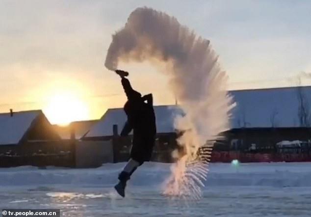 Nước sôi hắt ra hóa thành tinh thể băng ngay tức khắc (Ảnh: tv.people.com.cn)