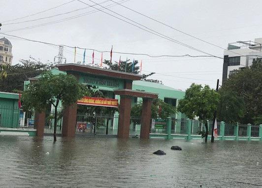 Trường THPT Nguyễn Hiền (quận Hải Châu, Đà Nẵng) ngập nước do mưa lớn kéo dài