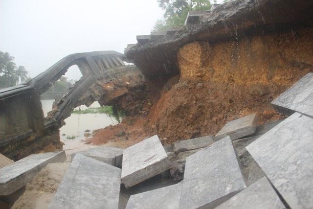 Bờ kè trước di tích Thành cổ Quảng Trị đổ sập, sạt lở nghiêm trọng - 8