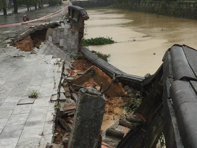 Mặc dù được xây dựng kiên cố bằng bê tông nhưng dưới tác động xấu của thời tiết vẫn bị hư hỏng.