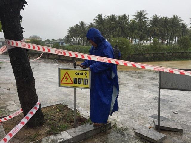 Nhân viên Ban quản lý di tích Thành cổ cắm biển cảnh báo nguy hiểm.