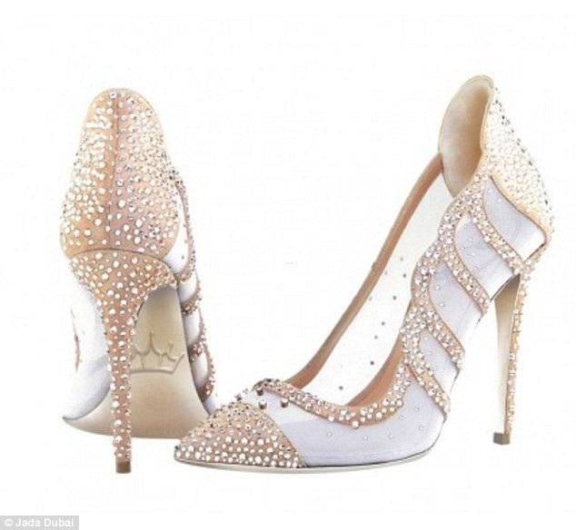 Đôi giày lấy cảm hứng từ công nương Anh Diana có giá tương đương 160 triệu đồng, được nạm vàng và bạch kim phần đế, trên giày có gắn 10 viên kim cương trắng và 2.000 viên đá nhân tạo.