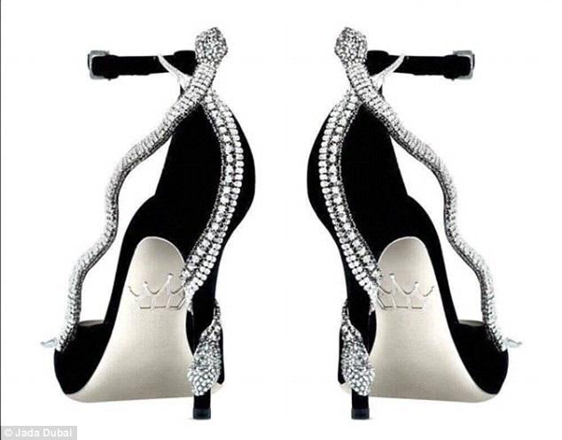 Đôi giày lấy cảm hứng từ Nữ hoàng Ai Cập Cleopatra được trang trí bằng những hình rắn nạm kim cương. Giày có giá 120 triệu đồng, cũng được nạm vàng và bạch kim ở đế.