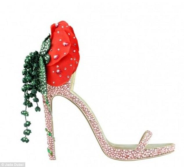 Cuối cùng là đôi giày Josephine, lấy cảm hứng từ người vợ của Hoàng đế Pháp Napoleon. Đôi giày cũng được nạm đế bằng vàng và bạch kim, trên giày có gắn 8 viên hồng ngọc và 6 viên ngọc lục bảo, có giá gần 115 triệu đồng.