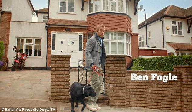 Người dẫn chương trình Ben Fogle dắt chú chó của mình đi qua một cánh cổng, tình huống này đã khiến những người xem tinh mắt cảm thấy rất hài hước.