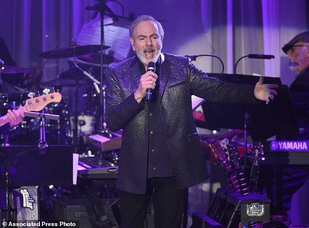Nam ca sĩ huyền thoại nhạc rock người Mỹ Neil Diamond đã vừa khẳng định ông sẽ ngừng việc đi lưu diễn sau khi bị chẩn đoán mắc bệnh Parkinson.