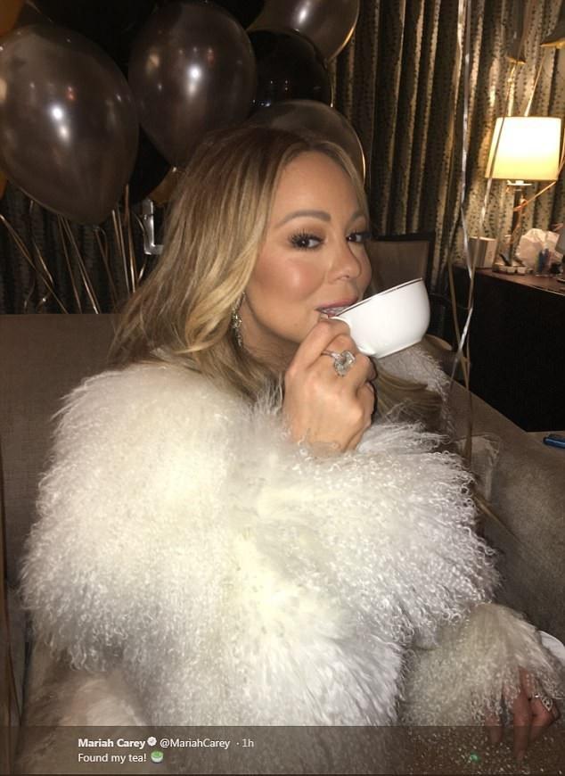 Phần trình diễn của Mariah năm nay diễn ra suôn sẻ. Sau khi hoàn tất phần trình diễn trên quảng trường lạnh giá, Mariah đã có thể tận hưởng một tách trà.