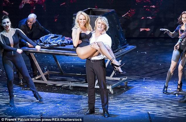 Pamela Anderson được Hans Klok bế bổng khi buổi diễn kết thúc