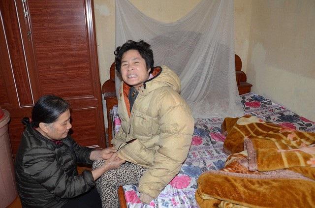 Đã 41 tuổi nhưng đến việc vệ sinh cá nhân vẫn phải một tay người mẹ già chăm sóc.