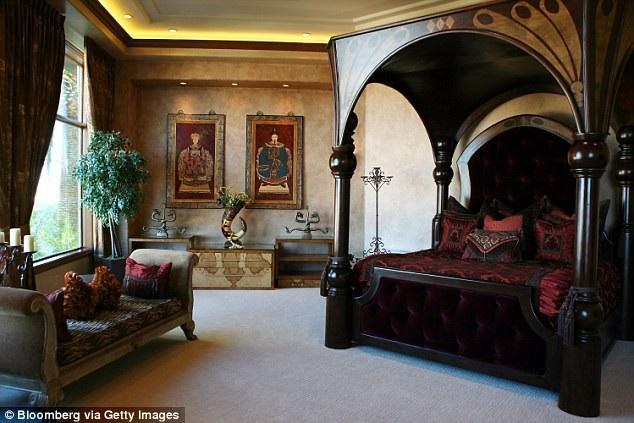 Trong ảnh là phòng ngủ dành cho chủ nhà tại căn biệt thự nằm ở thành phố Las Vegas từng một thời thuộc sở hữu của Nicolas Cage.