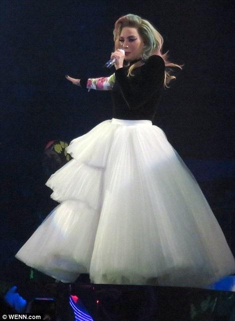 Lady Gaga thay hàng chục bộ đồ trong buổi diễn - 12