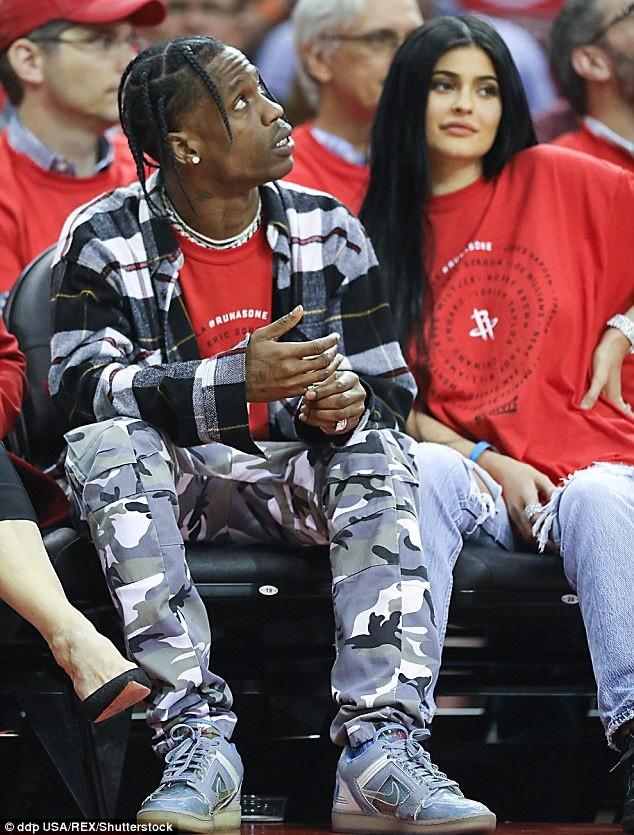 Kylie Jenner hẹn hò với Rapper Travis Scott đượcvài tuần thì đã mang thai nhưng ngay cả hiện tại, cặp đôi cũng không bàn chuyện đính hôn hay cưới xin