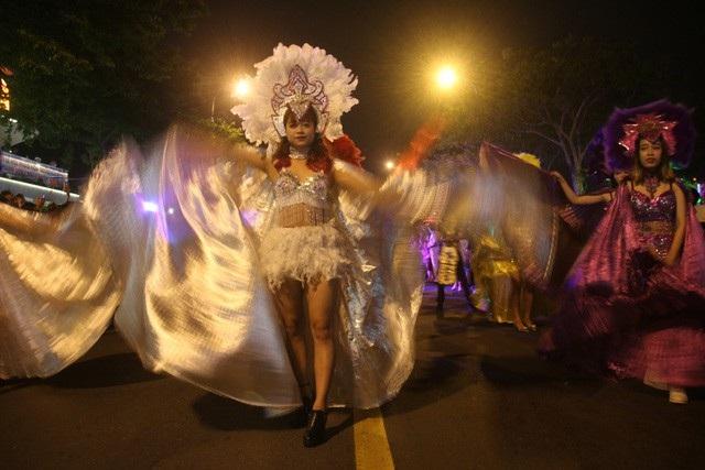 Nhiều chương trình biểu diễn nghệ thuật tập trung ở các công viên hai bên bờ sông Hàn hàng đêm trong dịp lễ Tết Nguyên Đán