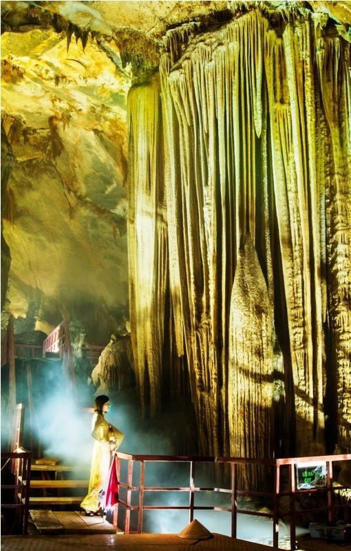 Du khách khi đến đây sẽ mê hoặc bởi vẻ đẹp ngất ngây từ những khối thạch nhũ có từ hàng triệu năm