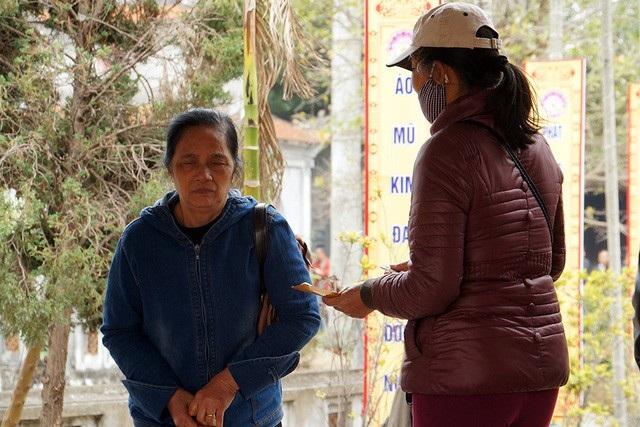 Một người kinh doanh chèo kéo khách đổi tiền lẻ trong lễ hội đền Trần 2017
