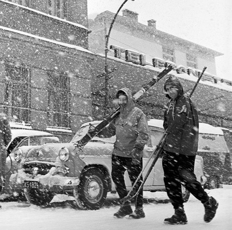 Những người đàn ông Liên Xô đi giữa lúc tuyết rơi vào năm 1963.