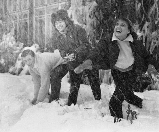 Các sinh viên Nga ở thủ đô Moscow chơi ném bóng tuyết ngoài trời năm 1965.