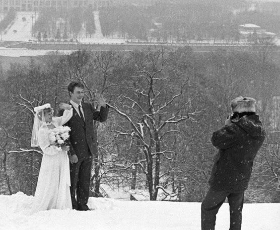 Một cặp đôi chụp ảnh cưới trên đồi Lenin năm 1985 giữa lúc tuyết rơi dày.