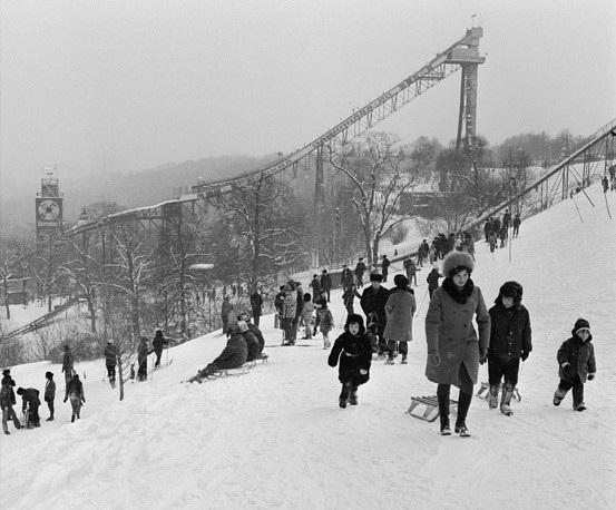 Người Nga dành ngày nghỉ cuối tuần tại đồi Lenin năm 1977. Trẻ em cũng đi cùng người lớn tới khu vực này dù điều kiện thời tiết lạnh giá.