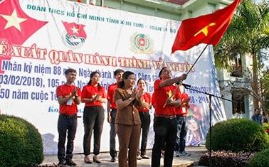 Phó Chủ tịch UBND tỉnh Kon Tum Trần Thị Nga trao cờ hành trình cho tuổi trẻ Kon Tum