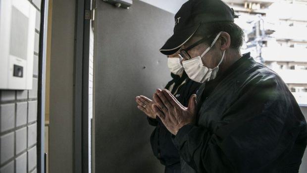 Nhân viên dịch vụ dọn dẹp xác chết cô đơn vái chào sau khi hoàn thành nhiệm vụ (Ảnh: Washington Post)
