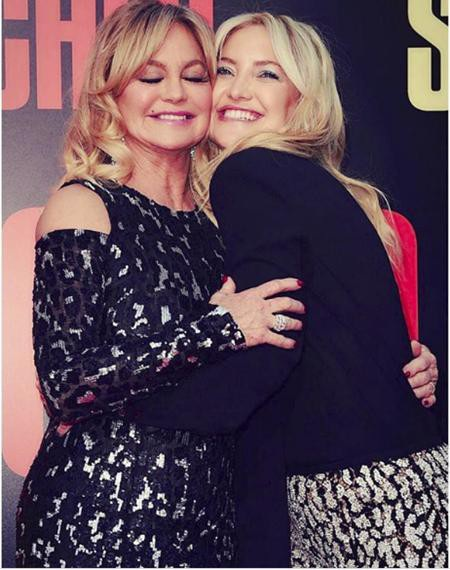 Hai mẹ con Goldie Hawn và Kate Hudson vốn trông rất giống nhau, đều xinh đẹp, vui tươi và cuốn hút