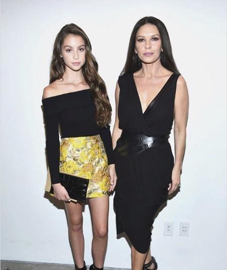 Có mẹ là Catherine Zeta-Jones, bố là Michael Douglas nên chẳng ai cảm thấy ngạc nhiên khi Carys Zeta Douglas càng lớn càng xinh đẹp