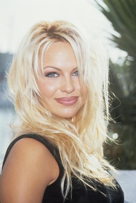 Pamela Anderson thì may mắn có được tới hai cậu con trai đẹp long lanh là…