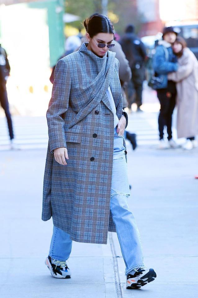 """Người mẫu Kendall Jenner cũng diện một đôi giày """"bự"""" kiểu """"daddy cool""""."""