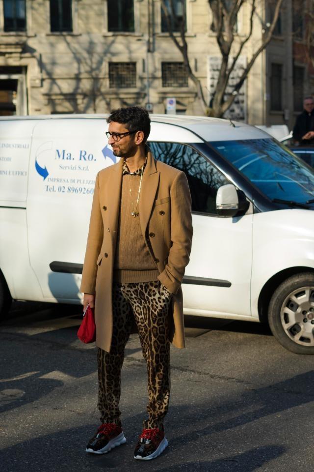 """Không chỉ nữ giới, giày thể thao to sụ cũng được nhiều """"quý ông"""" lựa chọn. Trong ảnh là """"fashionista"""" người Ý Simone Marchetti."""