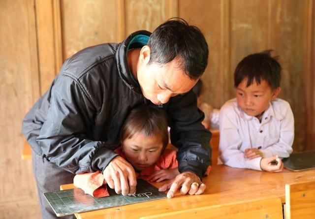 Dạy những em học trò người Mông đòi hỏi người thầy phải cực kỳ nhẫn nại và tâm huyết.