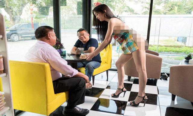 Nữ nhân viên mặc tạp dề phục vụ cafe cho khách ở Thái Lan