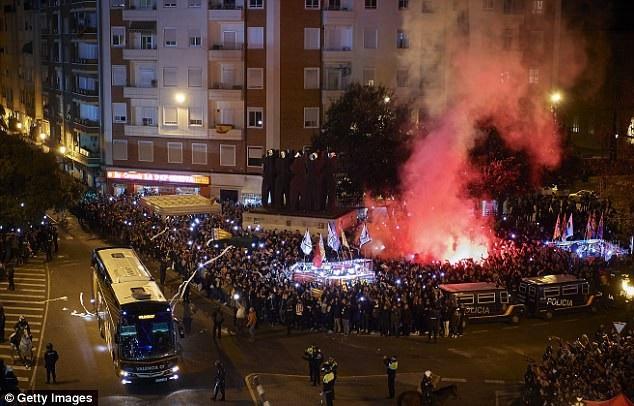 Nhờ cảnh sát dẹp loạn, xe bus Barcelona mới thoát khỏi vòng vây