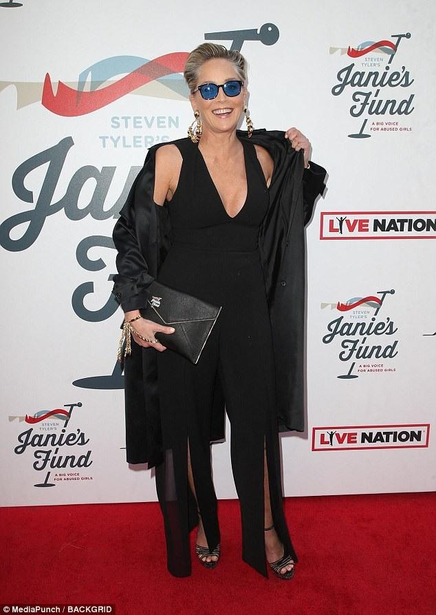 Khi xuất hiện tại các sự kiện, Sharon Stone vẫn luôn thể hiện một cá tính mạnh mẽ thông qua cách lựa chọn thời trang của mình. Dù đã ở tuổi 59, nhưng Sharon Stone cho thấy rằng tuổi tác thực sự chỉ là con số, và bà chưa bao giờ đánh mất đi vẻ quyến rũ đầy sức lôi cuốn trên thảm đỏ.
