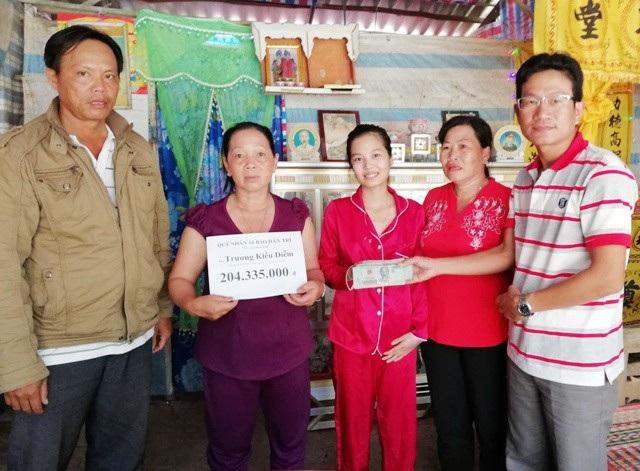 PV Dân trí cùng đại diện lãnh đạo Hội Chữ Thập đỏ huyện U Minh và địa phương trao tiền bạn đọc đến gia đình em Trương Kiều Diễm.