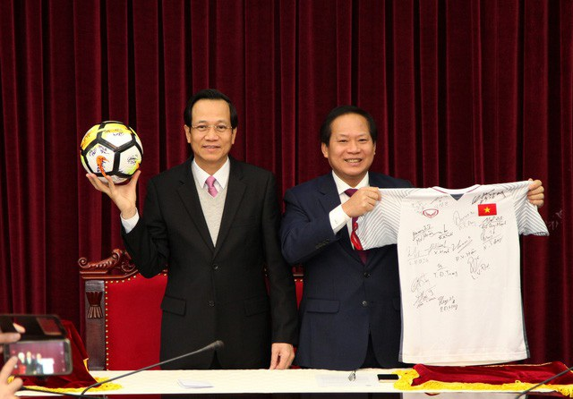 Đấu giá áo và bóng U23 tặng Thủ tướng: Mức giá cuối cùng đạt 20 tỉ đồng - 1