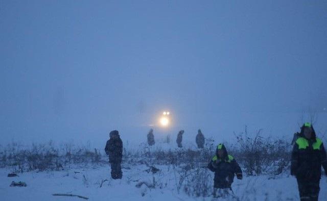 Các nhân viên khẩn cấp làm việc tại hiện trường vụ rơi máy bay Nga ngày 11/2 (Ảnh: Reuters)