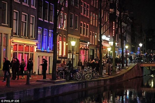 Đằng sau những hào nhoáng sau tấm cửa kính là những phận đời bế tắc và đầy bất hạnh của gái mại dâm Hà Lan. (Ảnh: Philip Ide)