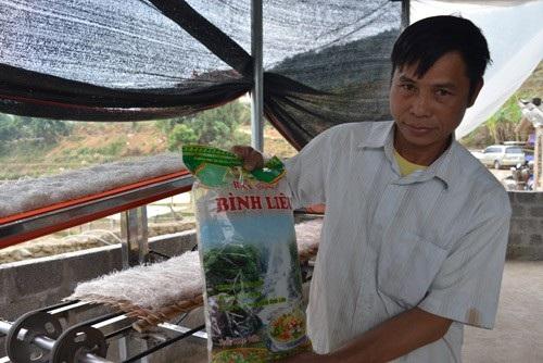 Anh Trần A Khàu với sản phẩm miến dong do cơ sở gia đình anh sản xuất.