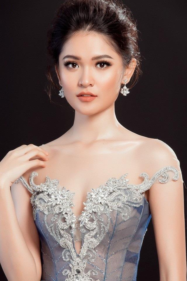 Á hậu Thùy Dung sở hữu gương mặt tròn đầy, đẹp kiểu hiền lành thánh thiện với đôi mắt sáng, nụ cười tươi nhẹ nhàng, chứ không phải nét đẹp sắc sảo.